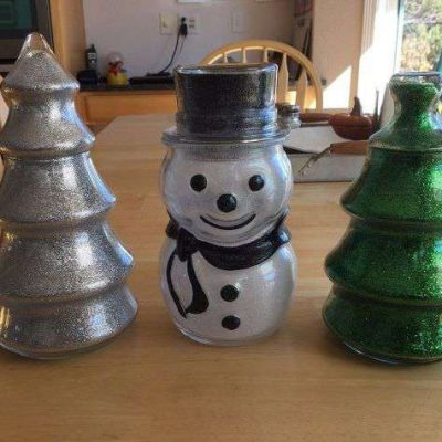 Do you like easy DIY Christmas gift ideas? This easy glitter snowman & tree are inexpensive and super easy to make. Great for kids, girls night out, party favors, gifts, winter decor, etc.