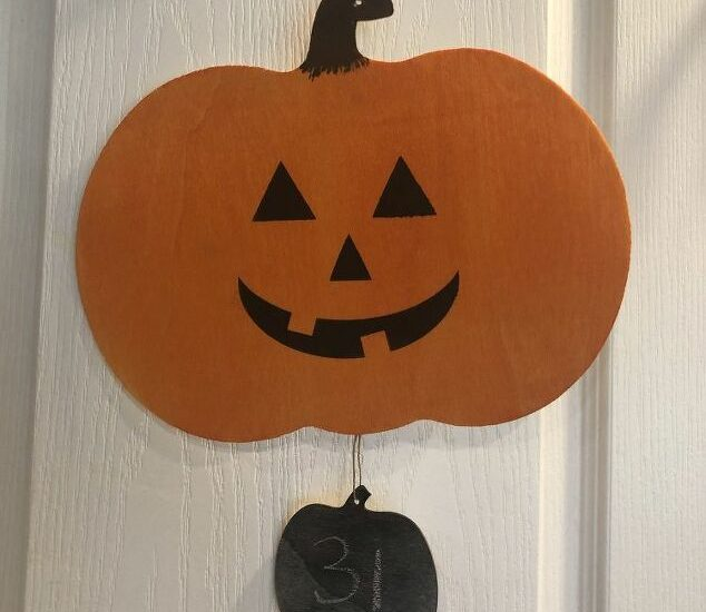 I was at the dollar store and found these super cute wooden pieces for Halloween. With a little dye I turned them into a fun Halloween Countdown Calendar