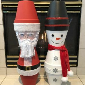 I'm at it again making more holiday decor with terra cotta flower pots! This time... Santa and a Snowman.