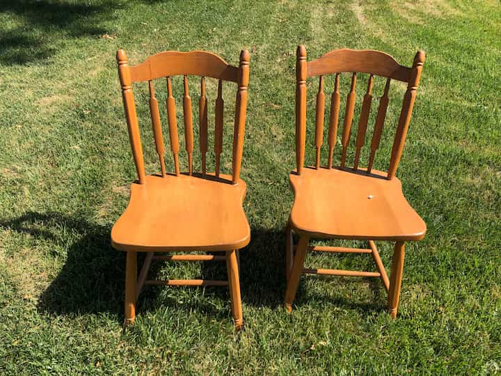 I found a dining room table and set of chairs for free. I grabbed them both and knew I'd have fun giving them a makeover.